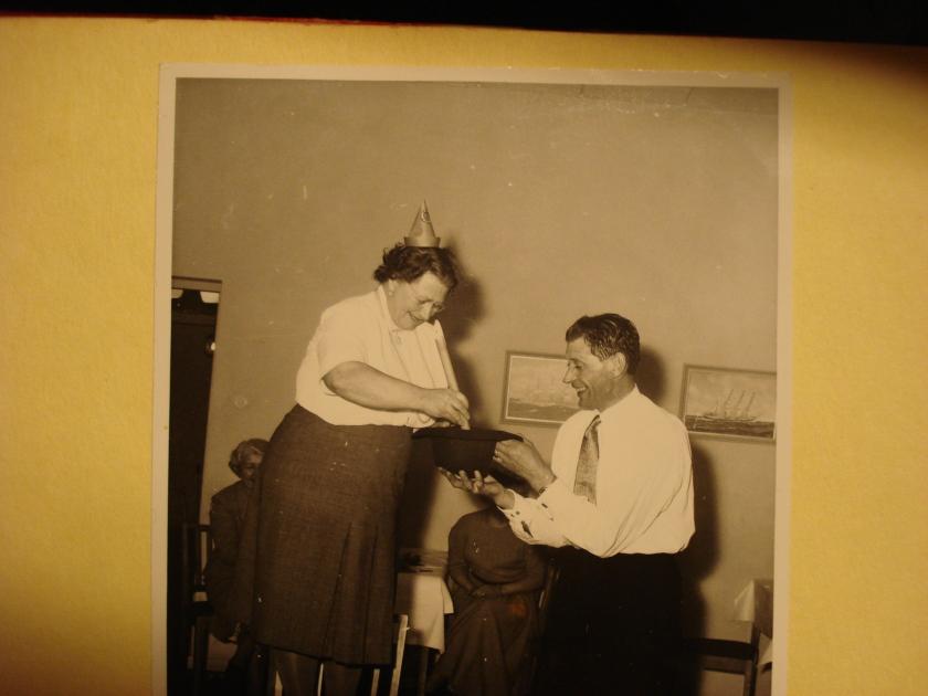 min farmor igen, står på en stol