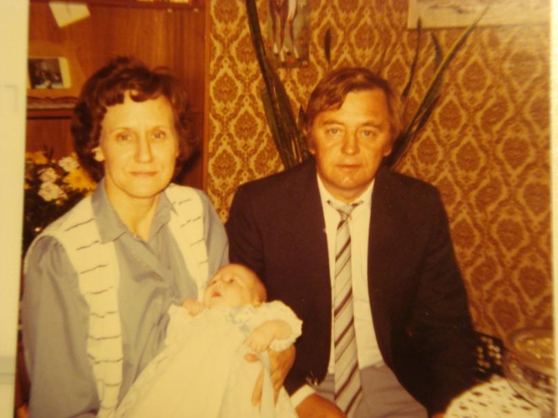 mina gudföräldrar och jag när jag döps