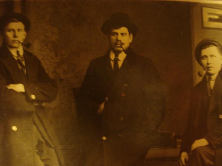 min gammelmorfar, det är han i mitten